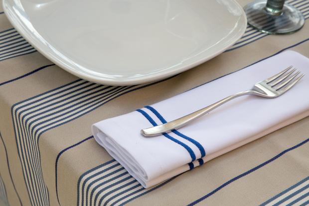 Mesa con mantel u servilleta a juego