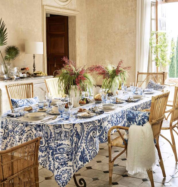Mesa de comedor con mantel