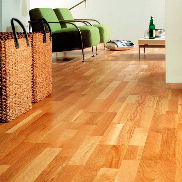 Suelo de parquet de madera en color tostado