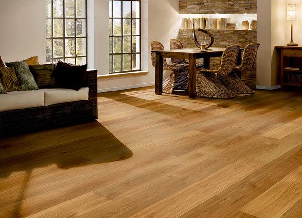 Suelo de tarima de madera de roble en tono rojizo