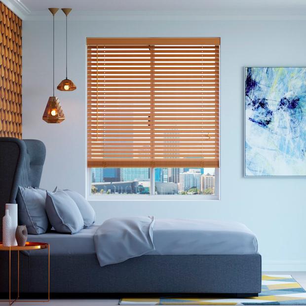 persianas venecianas de madera en habitación