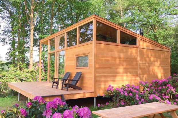 Una cabaña de madera en medio del bosque