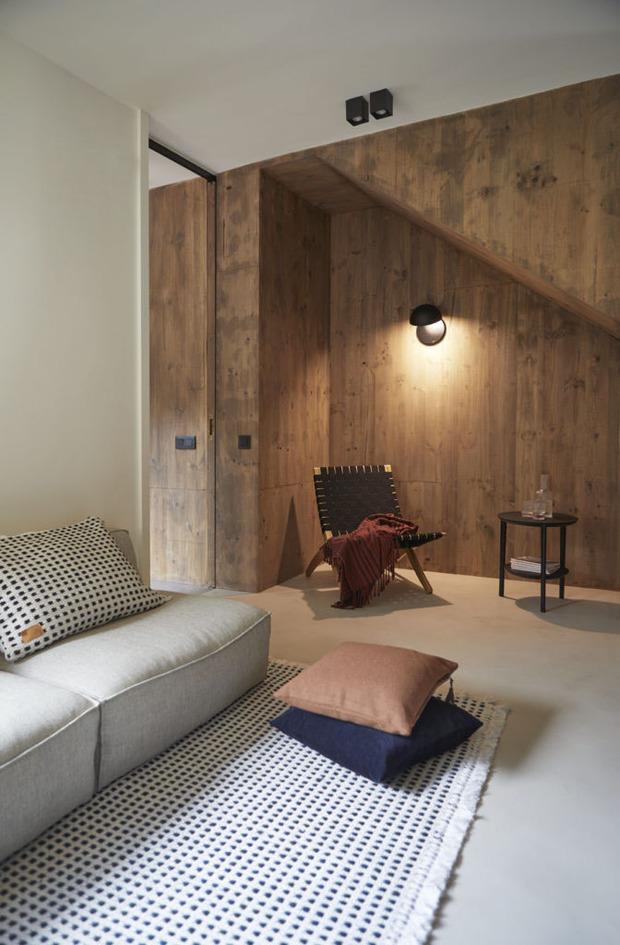 Escalera con revestimiento de madera