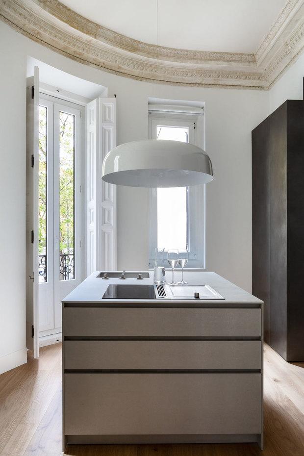 Cocina de un piso reformado por Ábaton