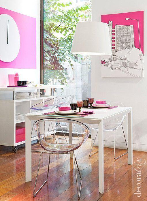 Un comedor rosa y blanco