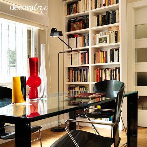 Un salón con libros