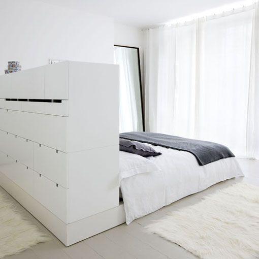 Un mueble bajo que hace las veces de cabecero