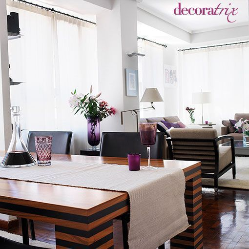 Un salón con comedor decorado en tonos neutros