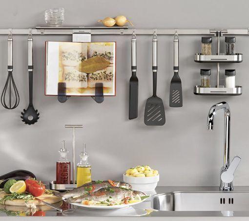 Utensilios de cocina colgados en la pared for Soporte utensilios cocina