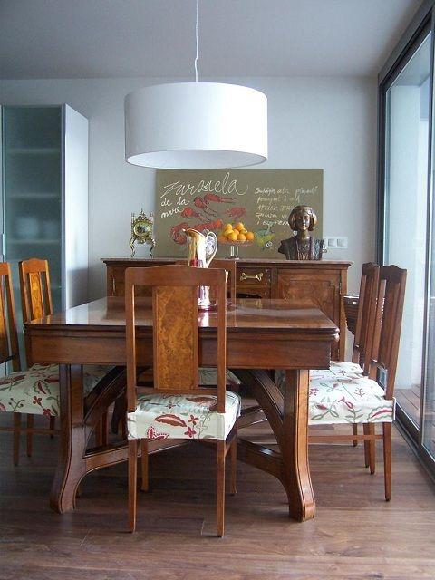 Un comedor antiguo integrado en una cocina moderna