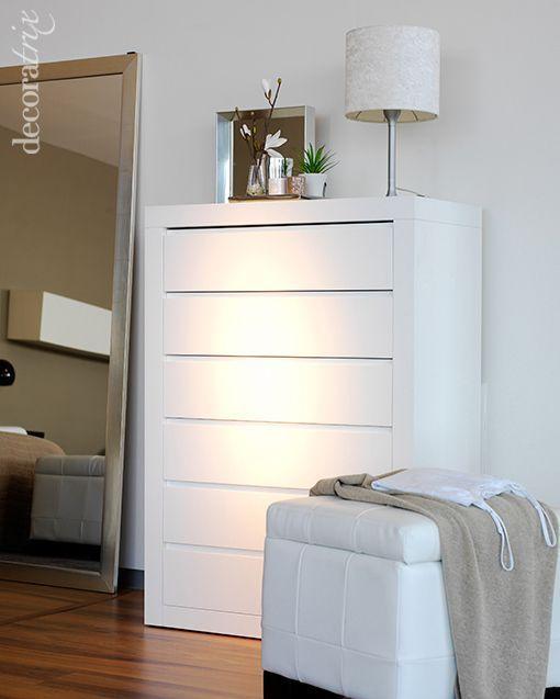 Un dormitorio blanco y radiante - Lamparas para dormitorios de matrimonio ...