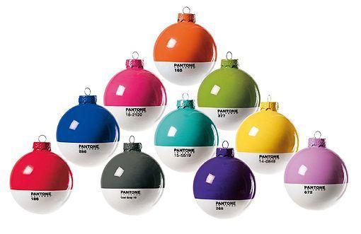 Bolas de Navidad y velas Pantone
