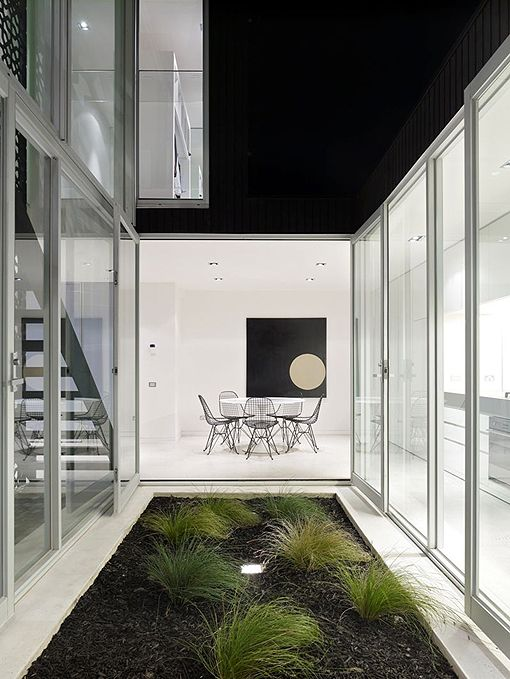 Salón y cocina alrededor de un patio acristalado