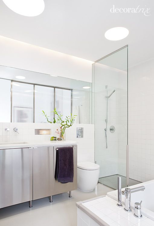 Dormitorio con baño y vestidor