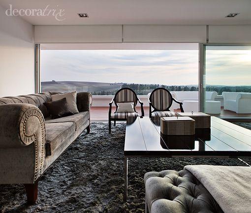 Un salón clásico en un chalet de estilo minimalista