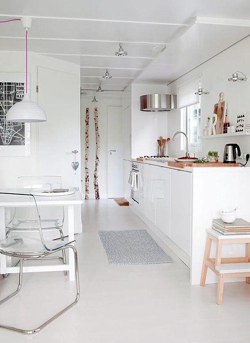 Cabaña de estilo escandinavo decorada en tonos blancos y azules
