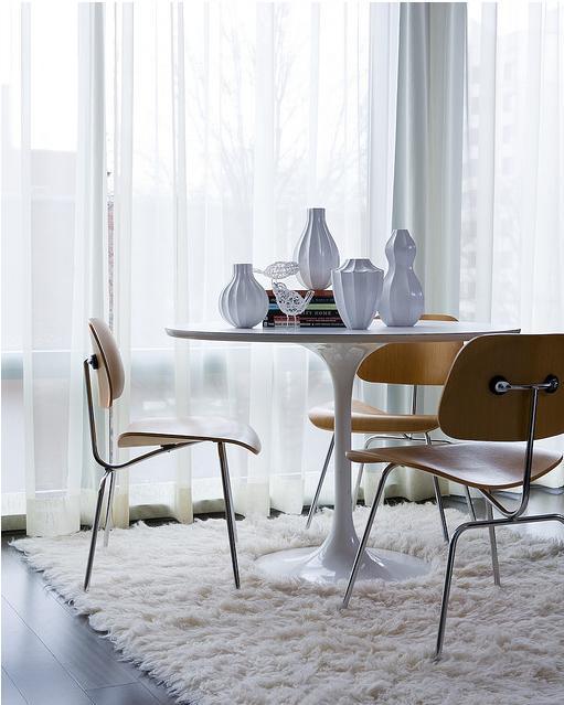 Combinar sillas y mesas de diseo en el comedor
