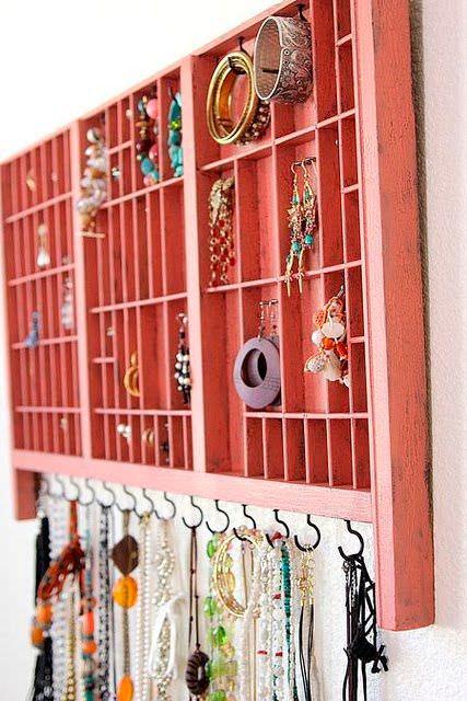 82b72f4846cf Cómo ordenar collares y pendientes en la pared