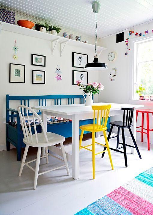 Comedores blancos con sillas de colores