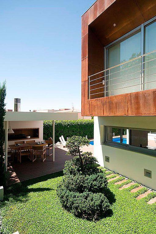Casa moderna y familiar con piscina for Casa moderna jardines