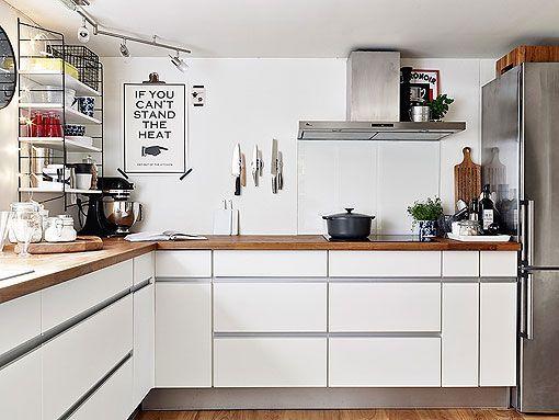 Cocina en blanco, madera y acero