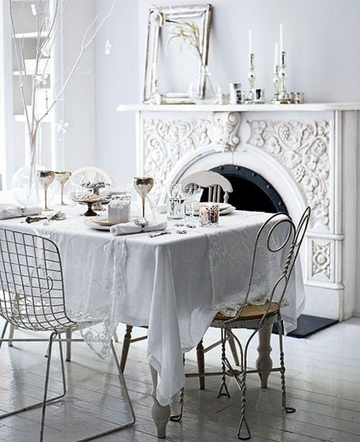 Mesa de navidad decorada en blanco y plata discreta y - Mesa de navidad elegante ...