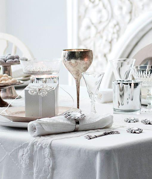 Mesa De Navidad Decorada En Blanco Y Plata Discreta Y Elegante - Mesas-de-navidad-decoradas