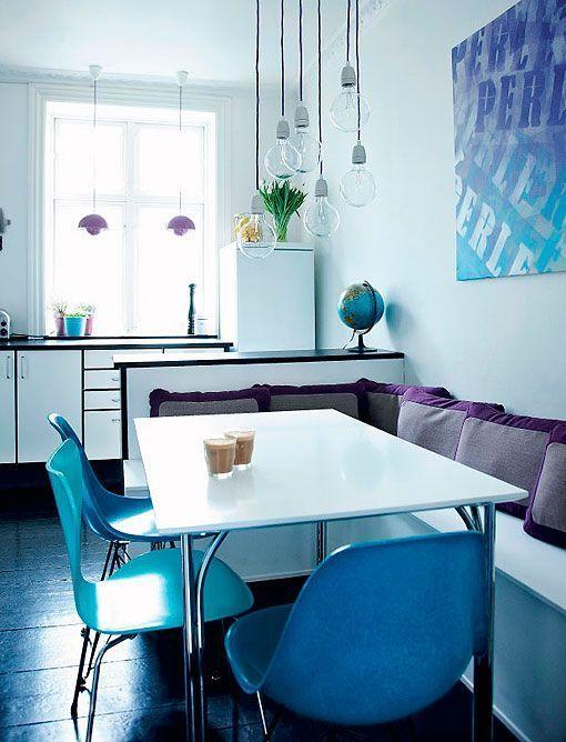 Cocina blanca con toques de color y comedor de diario for Cocinas con comedor de diario