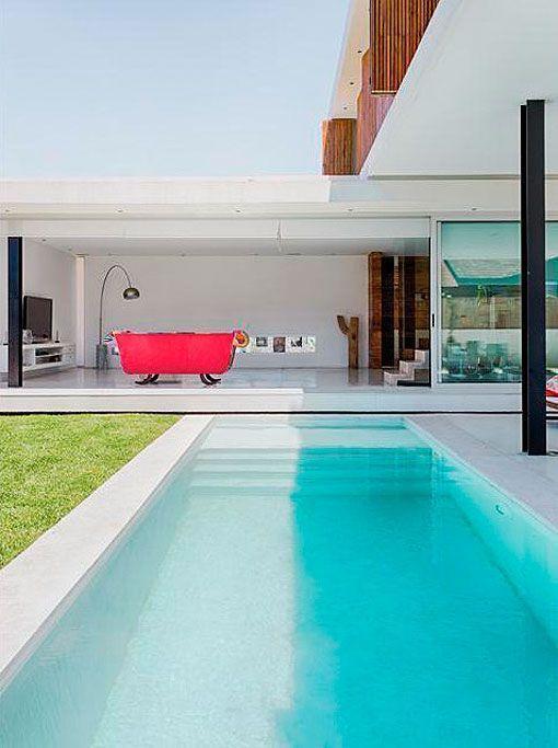 Una casa minimalista con piscina y jardín