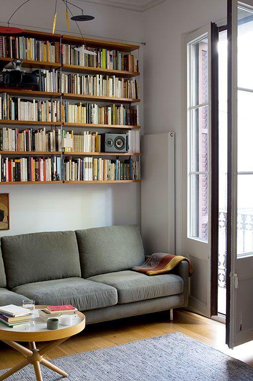 Oturma odasındaki modern alanlar için modüler raf TRIA