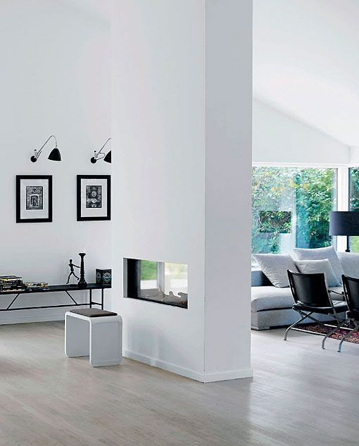 Sal n moderno con chimenea para separar ambientes - Chimeneas para salon ...