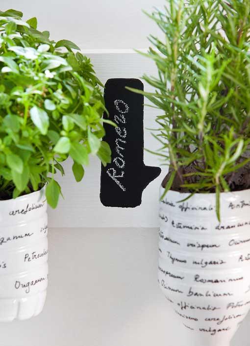 macetas hechas con botellas de plástico de Bezoya para plantas aromáticas