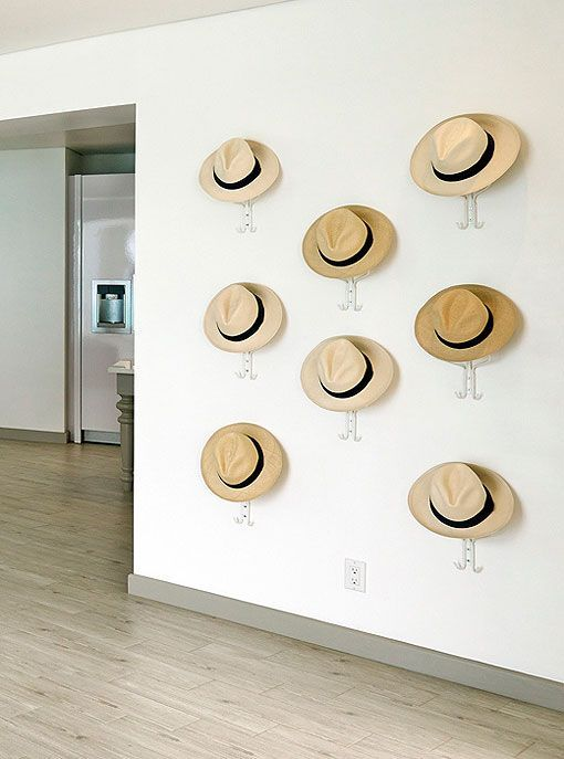Decoración en blanco: pared decorada con sombreros