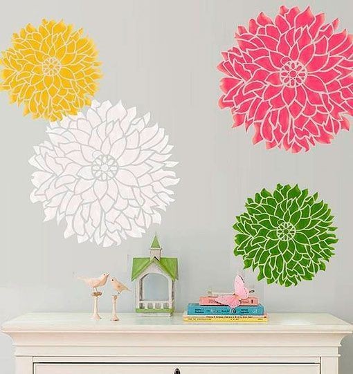 Pared decorada con dalias en stencil