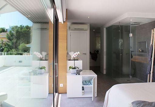 Dormitorio con cuarto de baño y vestidor integrados