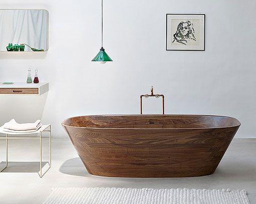 Natural and warm bathroom: wooden bathtub