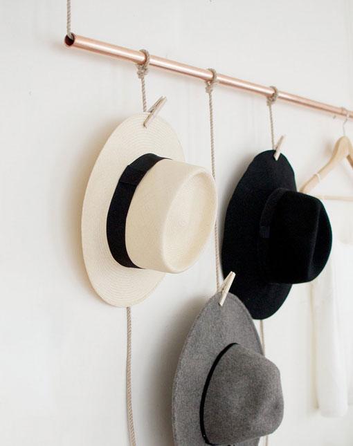 Un sencillo perchero de cobre para colgar sombreros for Percheros para colgar bolsas