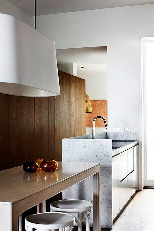 Cocina en m rmol blanco madera y acero para gustos modernos - Encimeras de marmol para cocinas ...