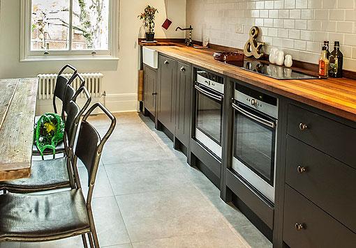 Cocina rústica con muebles de madera pintada en color negro