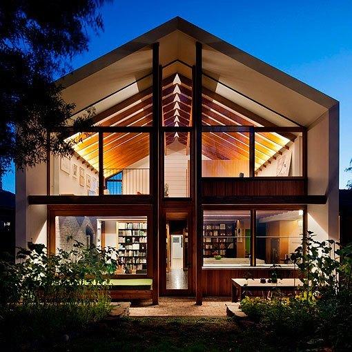 Casa moderna de dos plantas sostenible luminosa y bien decorada