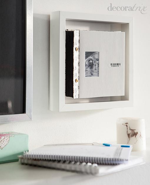 Un álbum de fotos expuesto en un marco de pared
