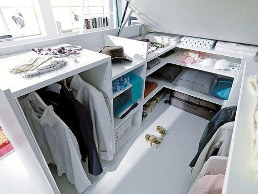 Aprovechar el espacio debajo de la cama con un mini vestidor