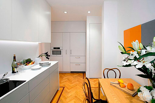 Cocina blanca y gris de estilo moderno con comedor cl sico for Cocina estilo moderno
