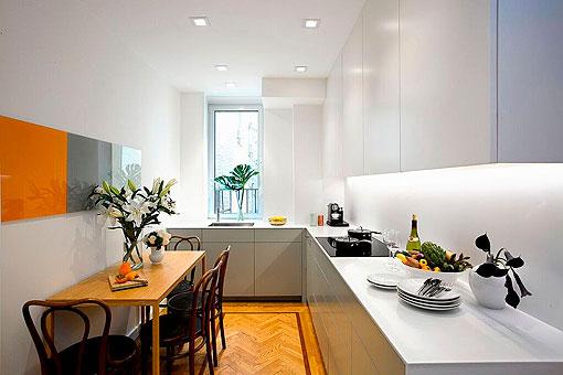 Cocina blanca y gris de estilo moderno con comedor clsico