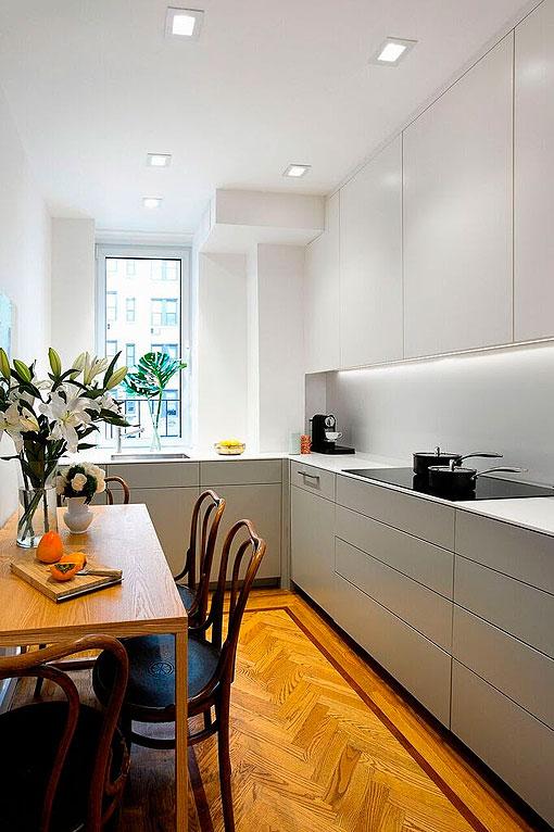 Cocina blanca y gris de estilo moderno con comedor clásico