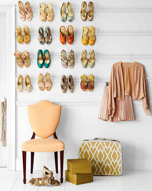 Ideas para organizar zapatos con molduras en la pared