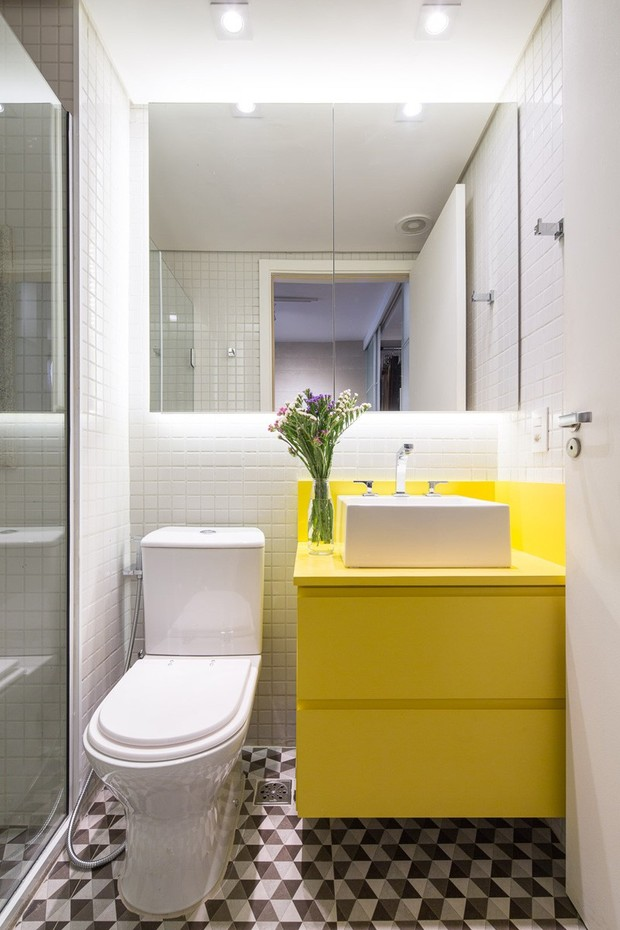 Mueble de lavabo de color amarillo
