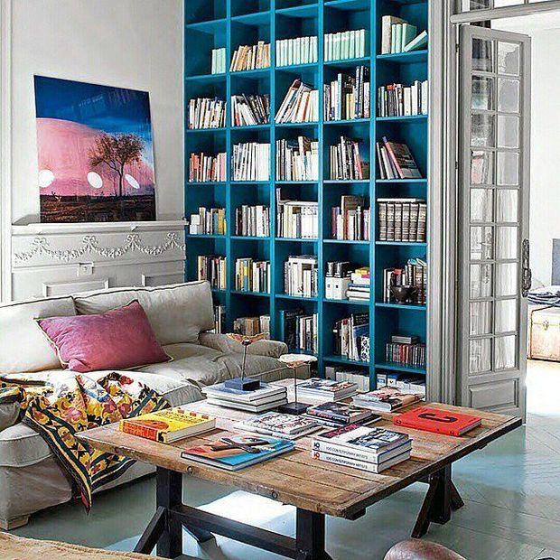 Duvardan farklı renkte boyanmış kitaplık