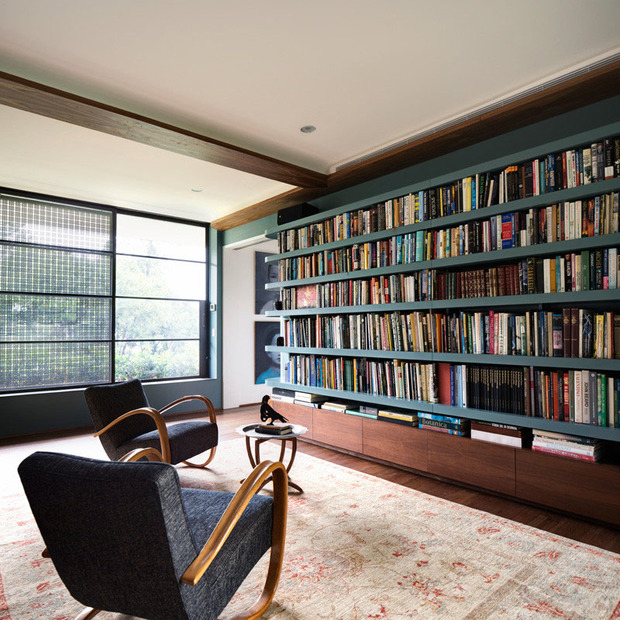 Tüm duvarı kaplayan kitaplık