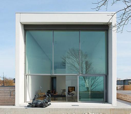 Una casa prefabricada de hormigón y cristal